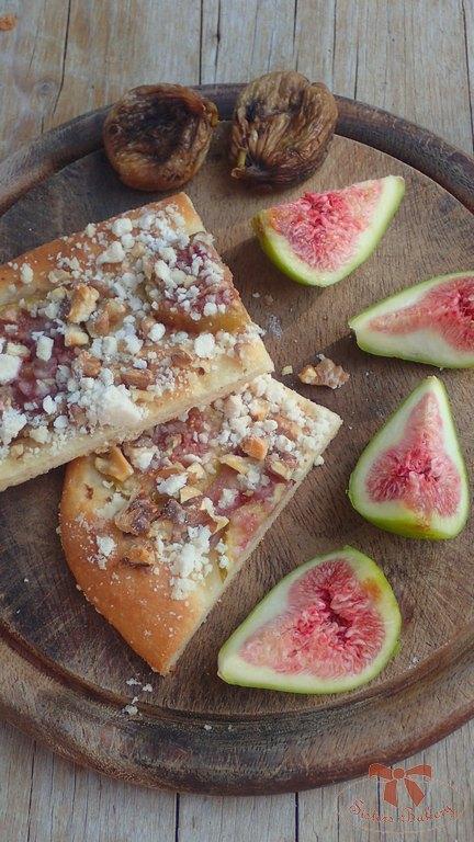 Kváskový osúch s ovocím a posýpkou