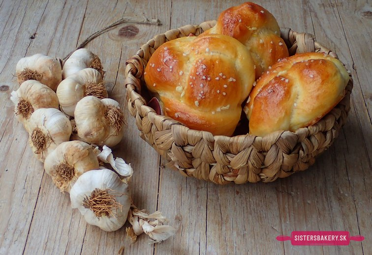 Cesnakové uzly z kysnutého zemiakového cesta