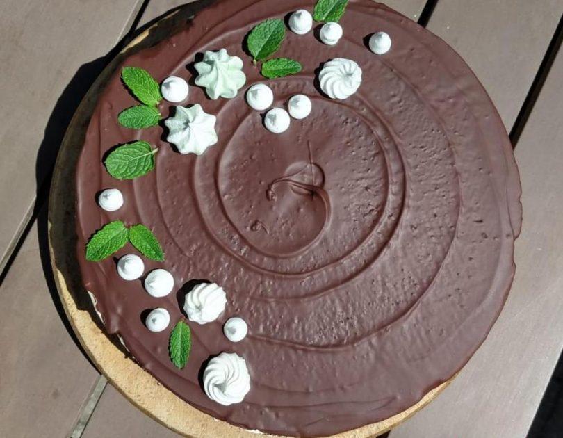Kakaová torta s pepermintovou plnkou a čokoládovou polevou