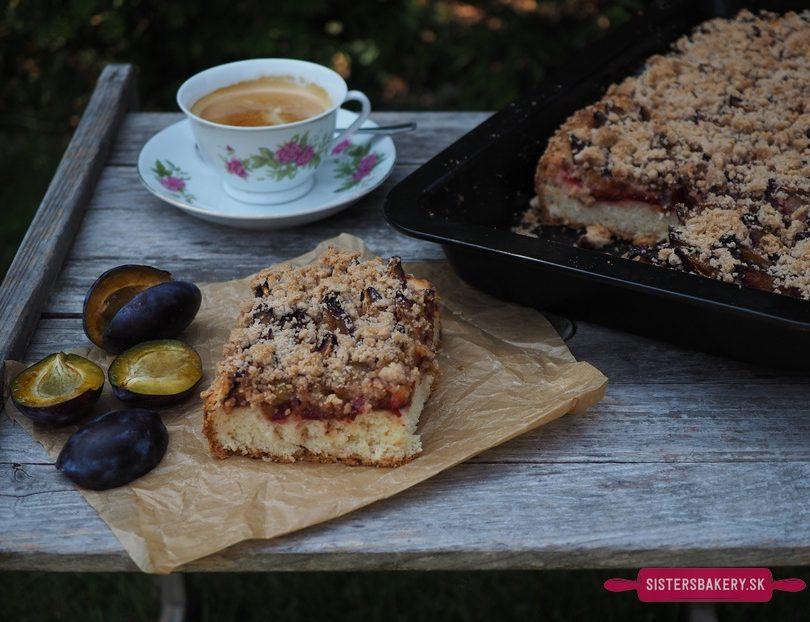 Slivkový koláč so škoricovou mrveničkou
