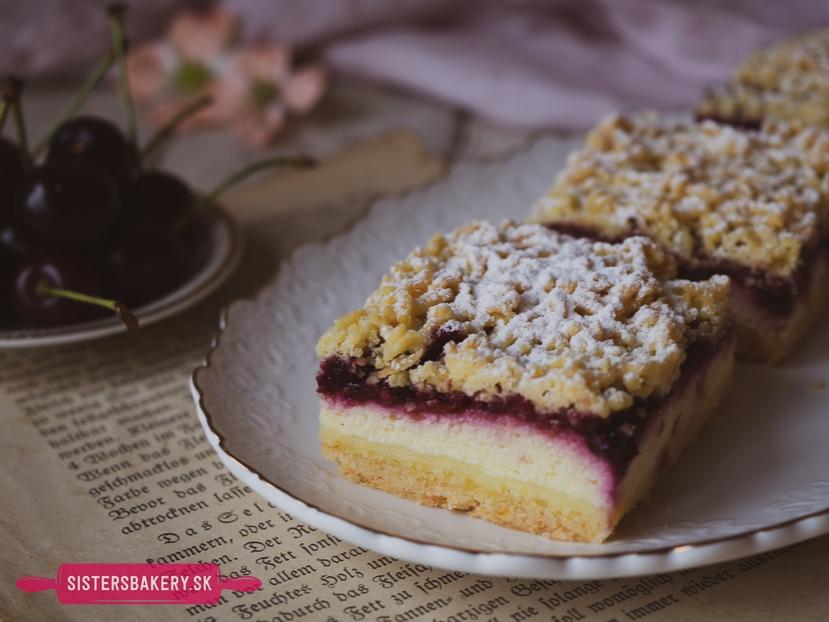 Strúhaný koláč s višňami a tvarohom