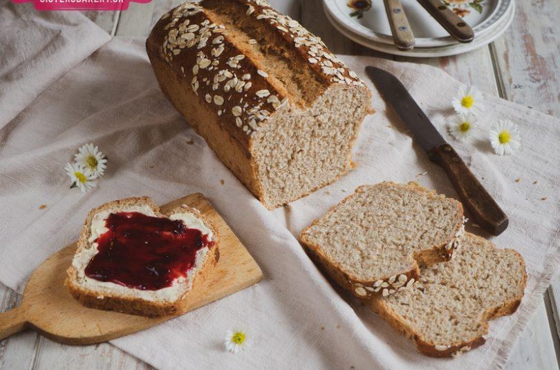 Celozrnný chlieb na toastovanie s medom a vločkami