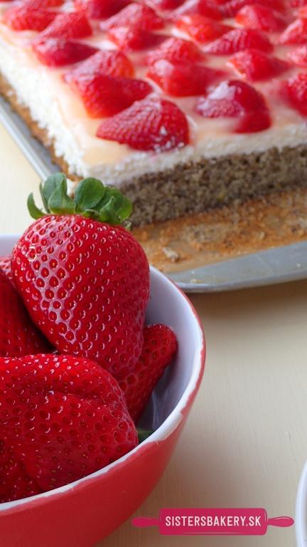 makový koláč s jahodami