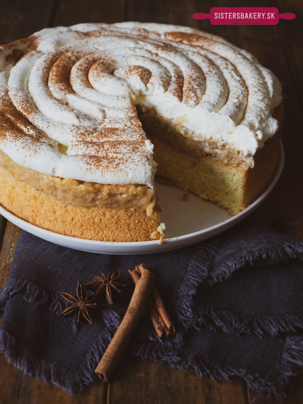 jablkový koláč so škoricou a šľahačkou