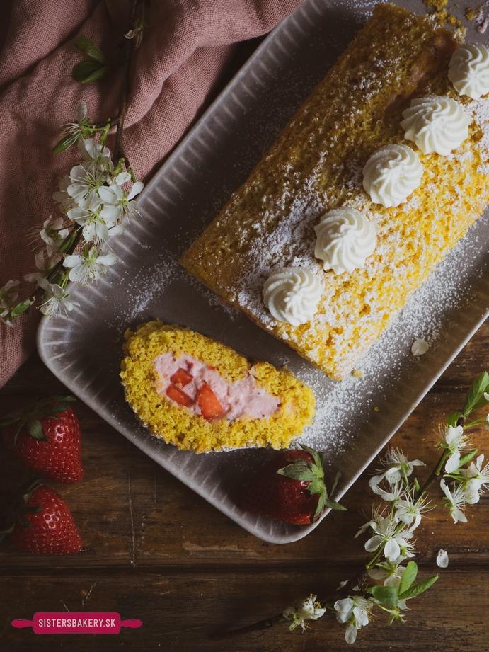 Oriešková piškótová roláda s jahodovou plnkou